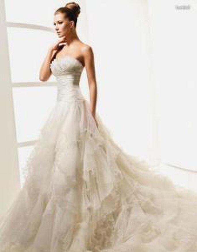 La Sposa 2010 - Lambel, vestido largo en tules y organza, corte princesa