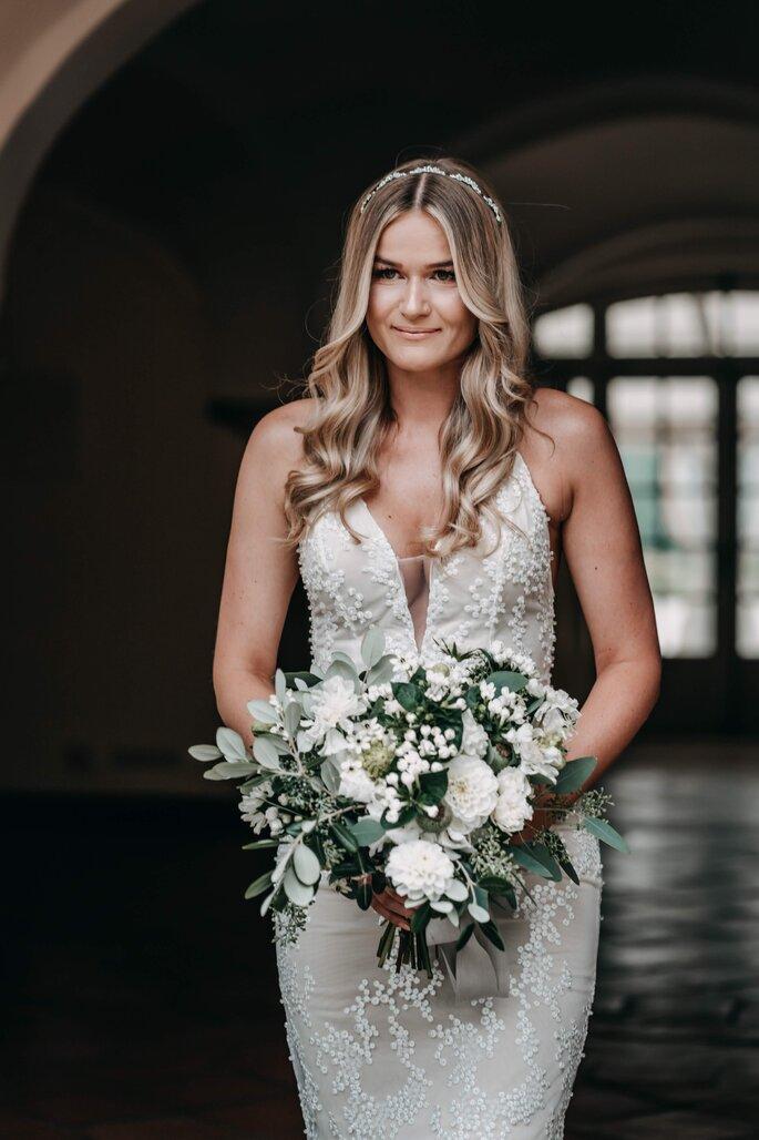 Braut mit Brautstrauß elegant