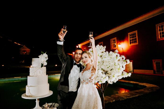noivos brindam momento corte do bolo de casamento