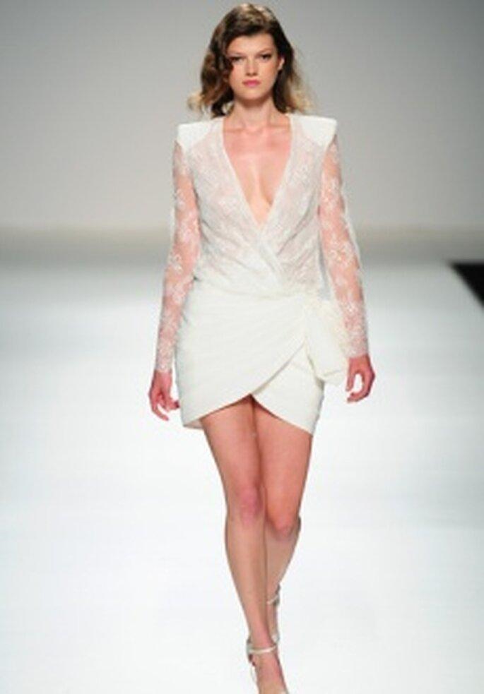 """5cbb476531d8 Scopri di più su """"Colección de vestidos de novia cortos Cymbeline 2011"""". Cymbeline  2011 - Vestito in pizzo e organza con manica lunga"""