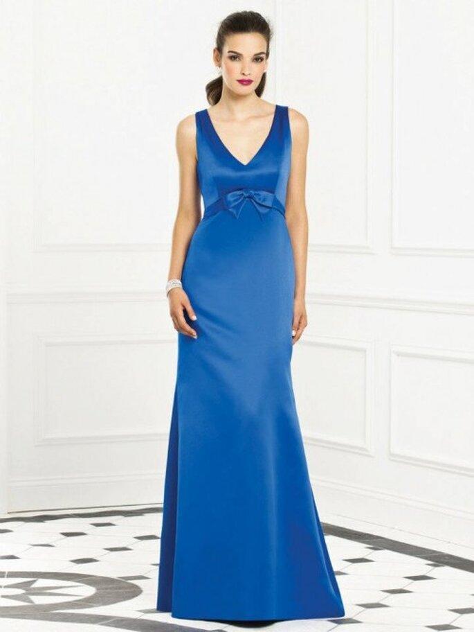 vestido para damas de boda en color azul con escote en V y detalle en la cintura - Foto Dessy