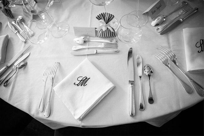 La table est prête pour le repas de réception du mariage.