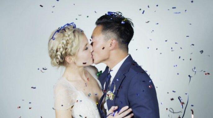 Un beso en camara lenta entre los novios como recuerdo de bodas - Foto Super Frog Saves Tokyo
