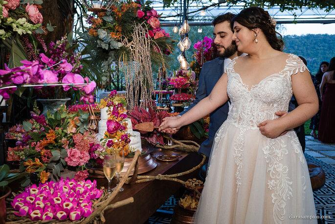 casal de noivos cortando o bolo do casamento
