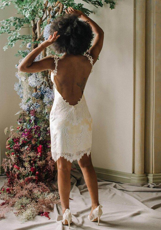 Robe de mariée courte avec un dos nu