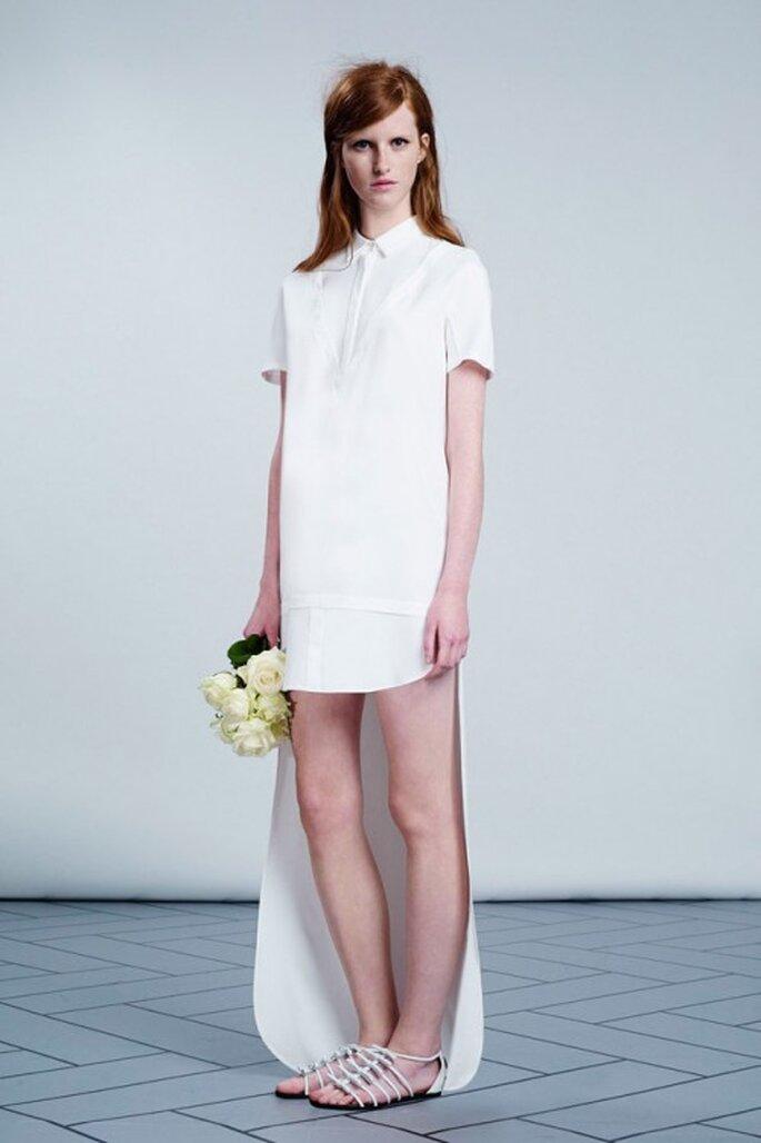 """Vestido de novia estilo """"mullet"""" con cuello y mangas - Foto Viktor & Rolf"""