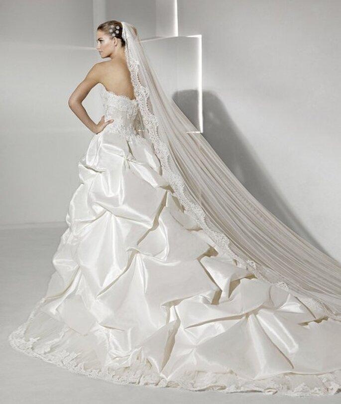 Robe de mariée à longue traine. Collection Sposa 2012
