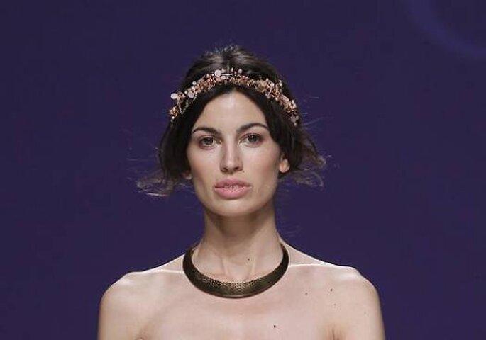 Corona de flores para novia de la pasarela Carla Ruiz 2013