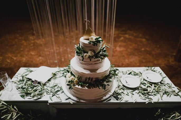 bolo de casamento com folhagens verdes