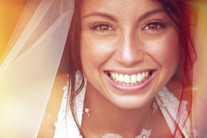 Un portrait d'une mariée en train de sourire réalisé par l'un des meilleurs photographes de mariage