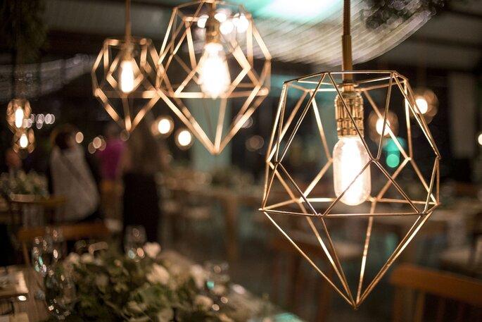 Iluminación colgante con deco geométrica