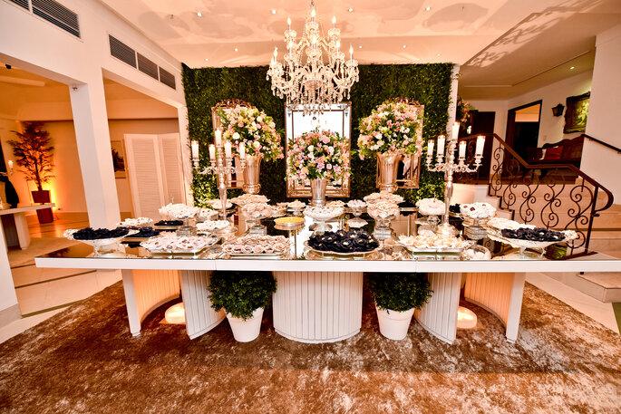 mesa com detalhes em prata e branco para casamento