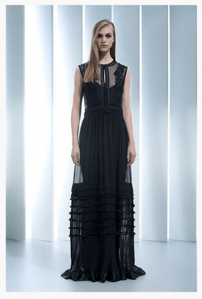 Vestido de fiesta 2014 en color negro con escote ilusión y falda superpuesta con transparencias - Foto Alberta Ferretti