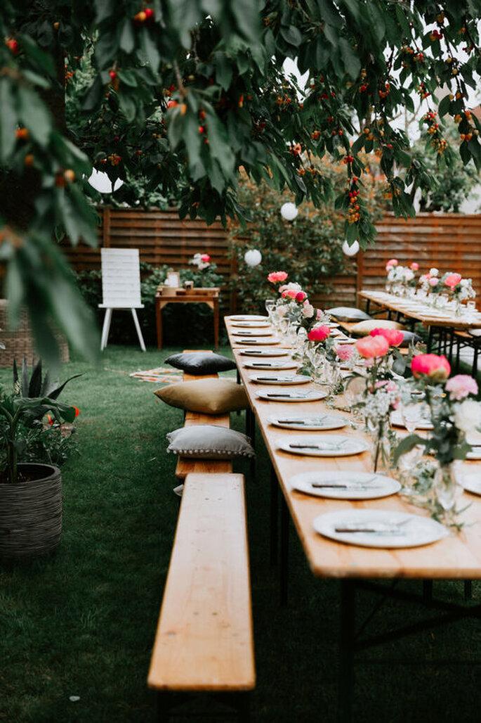Centre de table de mariage avec des fleurs champêtres