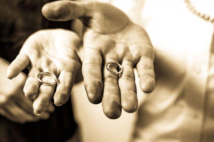noivos produzem própria aliança de casamento