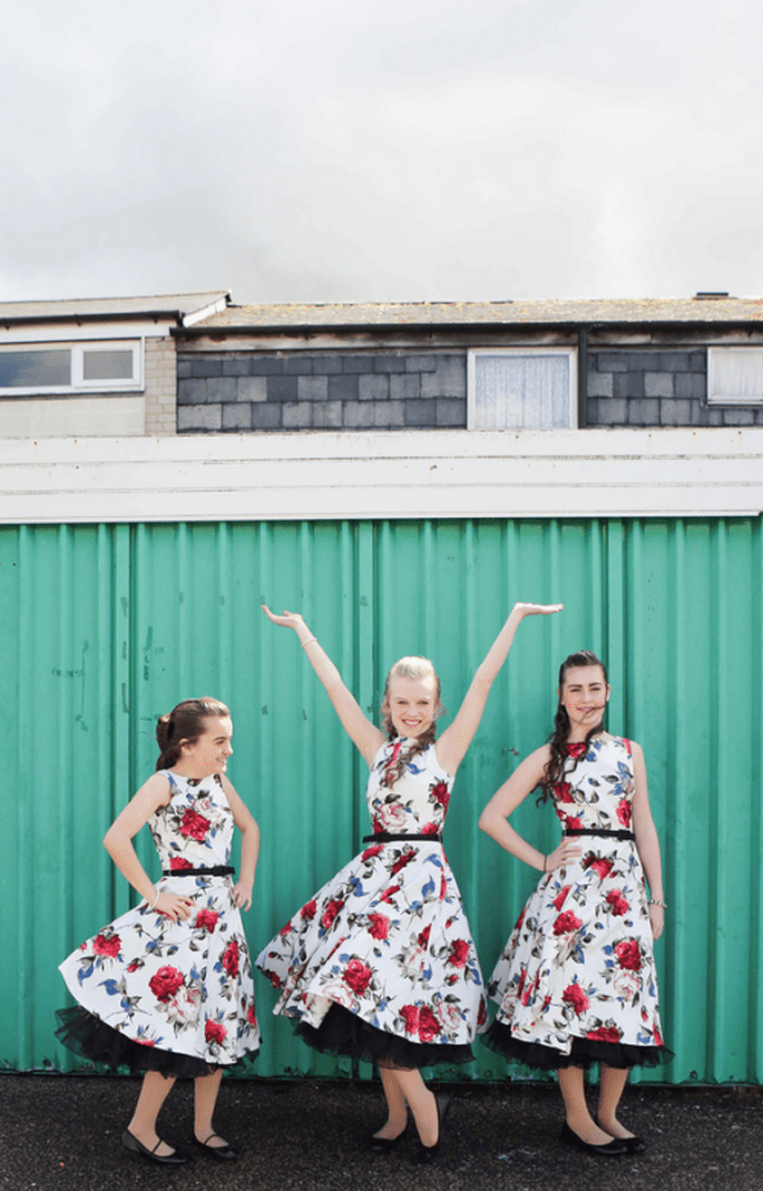 Vestidos para las damas de boda con estampados de flores y detalles en tonos intensos - Foto Haywood Jones Photography