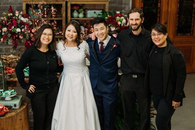 A equipe da Akemi Onimato Assessoria com os noivos
