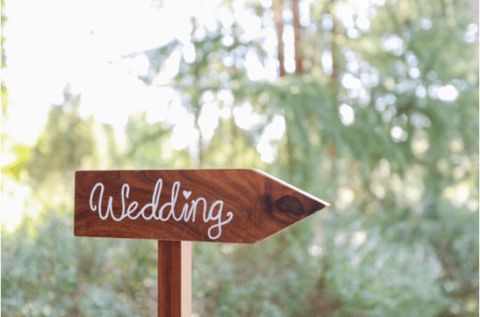 Holzpfeil mit Wedding drauf