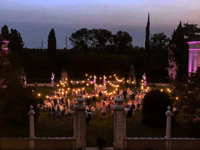 Réception de mariage à la tombée de la nuit à la lueur de lampions