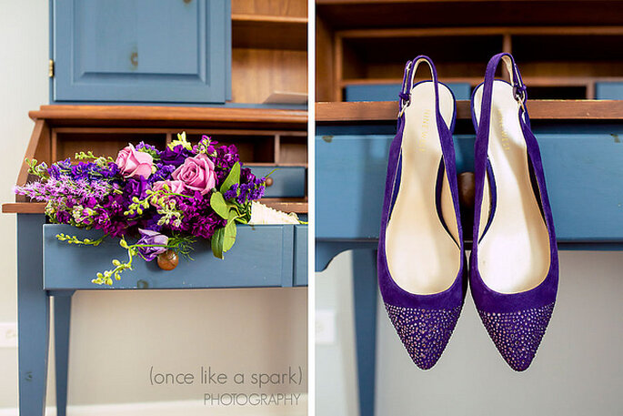 Chaussures de mariée de couleur violette assorties à un bouquet plein de couleurs. Photo: Once Like a Spark Photography