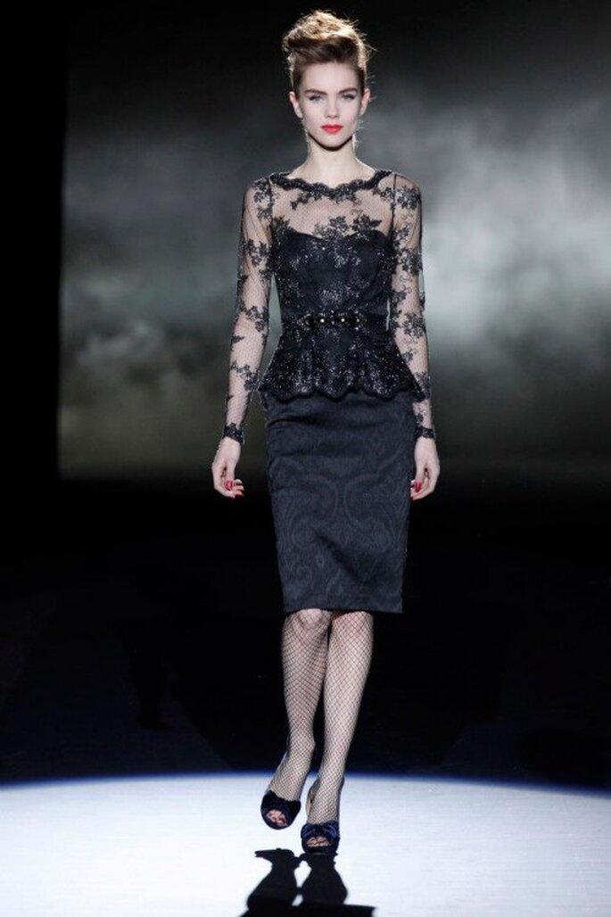 Vestido de fiesta en color negro con escote ilusión y mangas largas de encaje - Foto Badgley Mischka