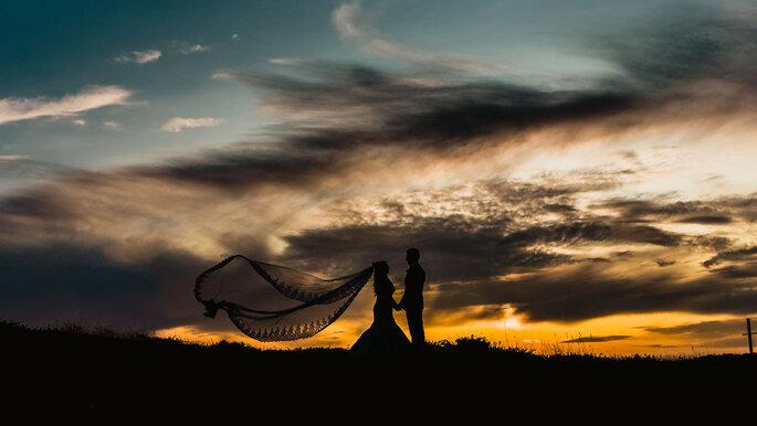 Noivos em Set Lounge Beach Weddings