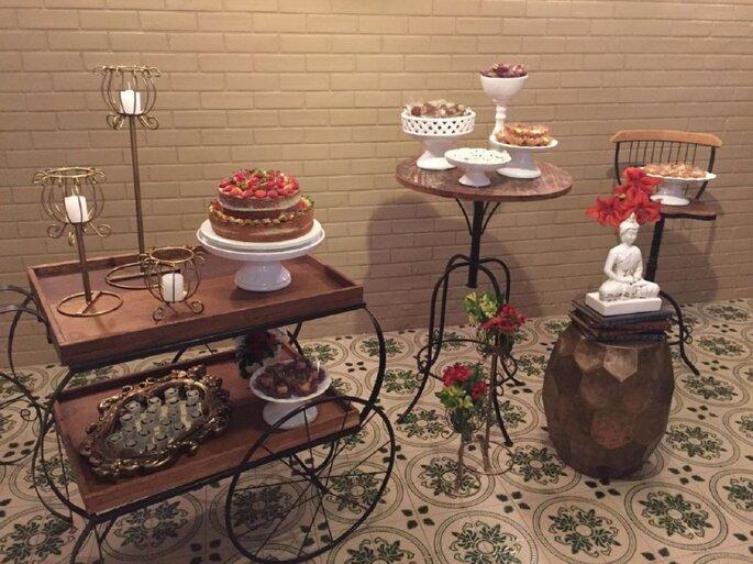 Estilo vintage para casamento madeira e peças em dourado