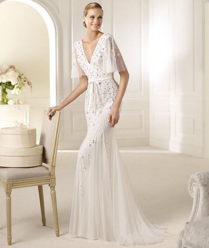 Vestido de novia con mangas decoradas con encaje y pedreria - Foto Pronovias 2013