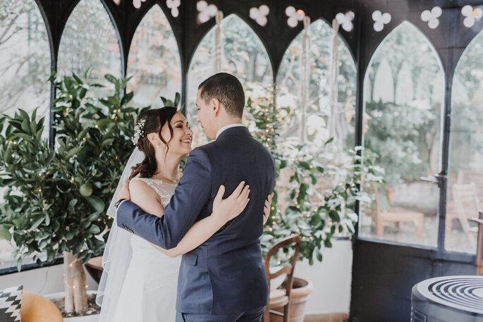 Un couple de mariés dans le jardin d'hiver de l'hôtel Sourire de Passy.