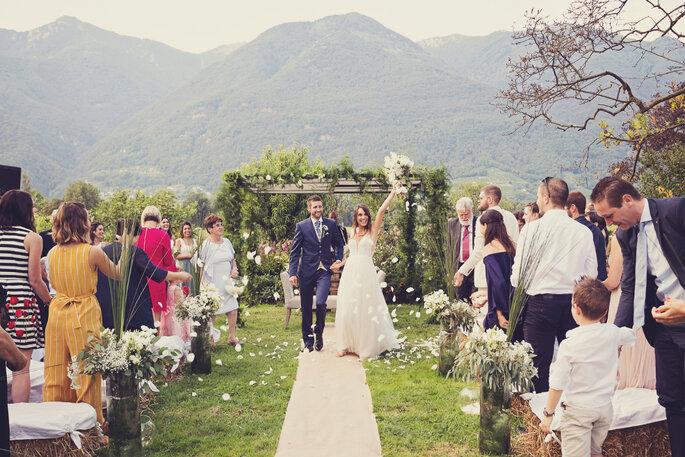 Trauung. Brautpaar nach der Trauung wird von Gästen gefeiert