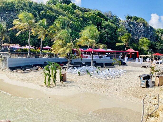 Une cérémonie laïque organisée au bord de l'océan pour un mariage en Guadeloupe