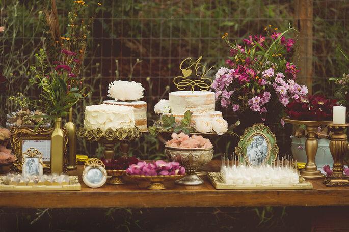 mesa de doces com vários bolos em estilo vintage para mini wedding