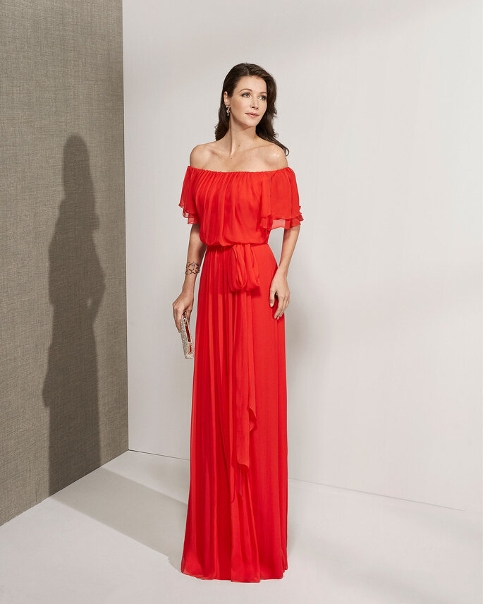 Vestido de fiesta rojo con hombros descubiertos