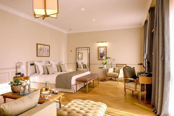 Une chambre spacieuse et lumineuse dans un hôtel design où loger vos invités lors d'un mariage