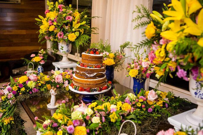 Mesa do bolo colorida