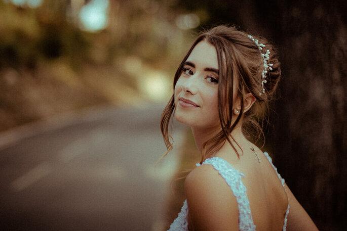 Une mariée au bord d'une route souri et pose