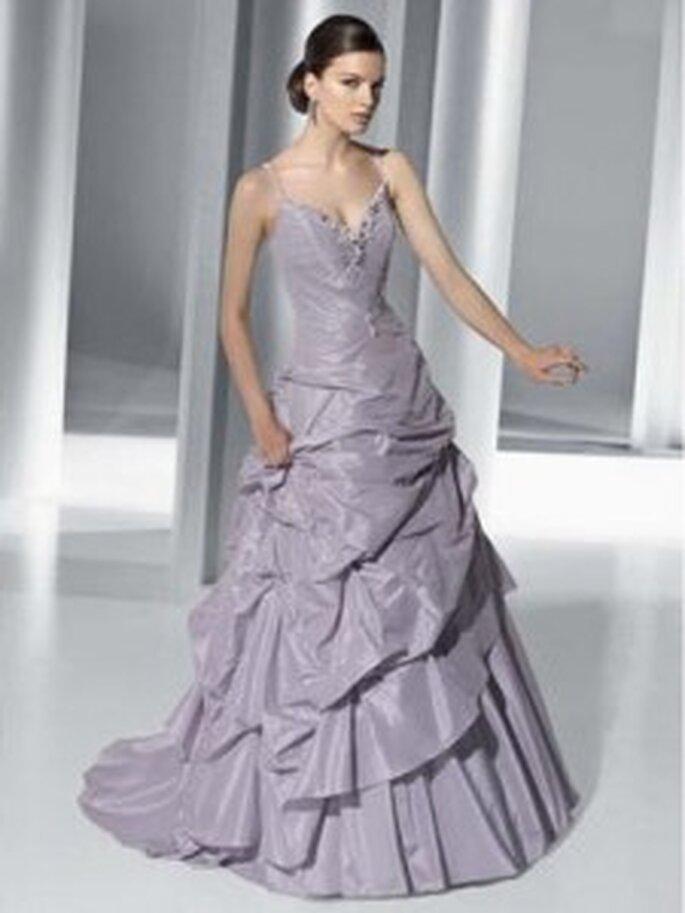 Demetrios 2010 - GR 172, Brautkleid aus Taffeta in Trendfarbe flieder, Spaghetti-Träger, mehrfach geraffter Rock