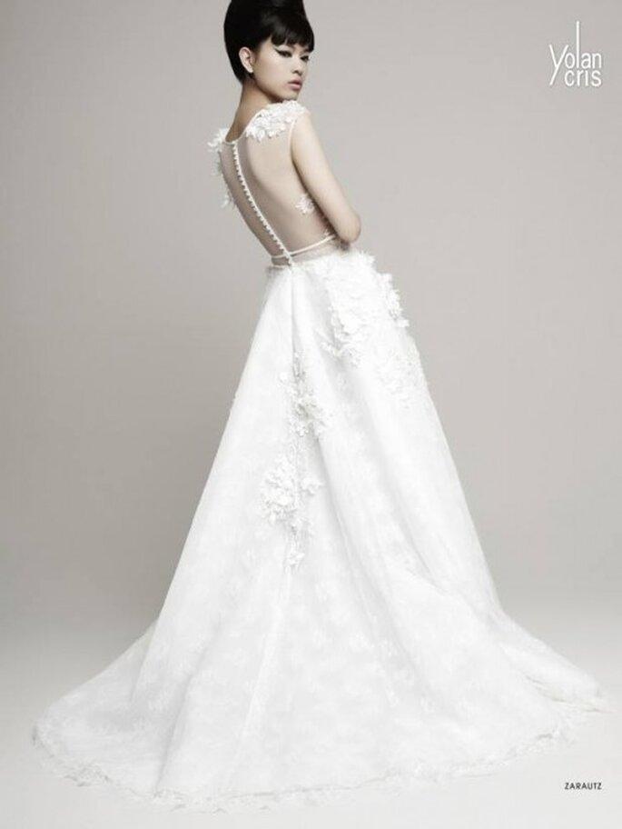 Vestido de novia 2014 con cauda larga, mangas largas y marco en la espalda con detalles de transparencias - Foto YolanCris