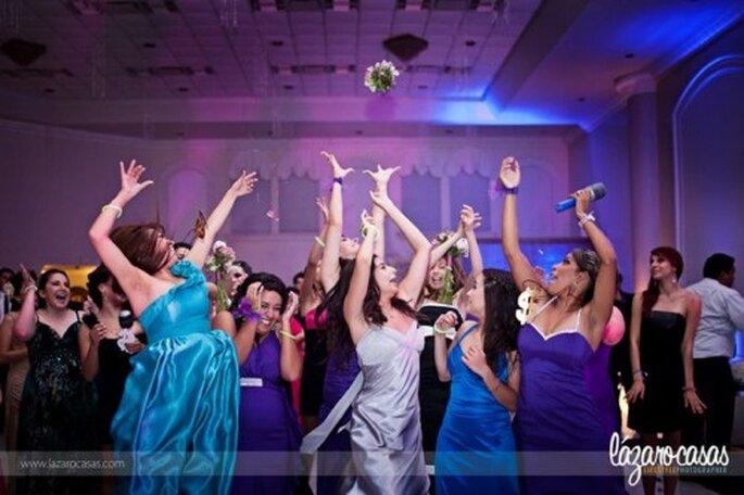 Novia lanzando el ramo en la recepción de boda - Foto Lázaro Casas