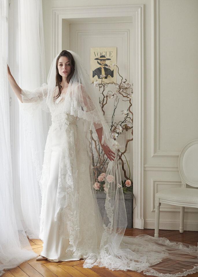 Robe de mariée longue en dentelle avec un voile