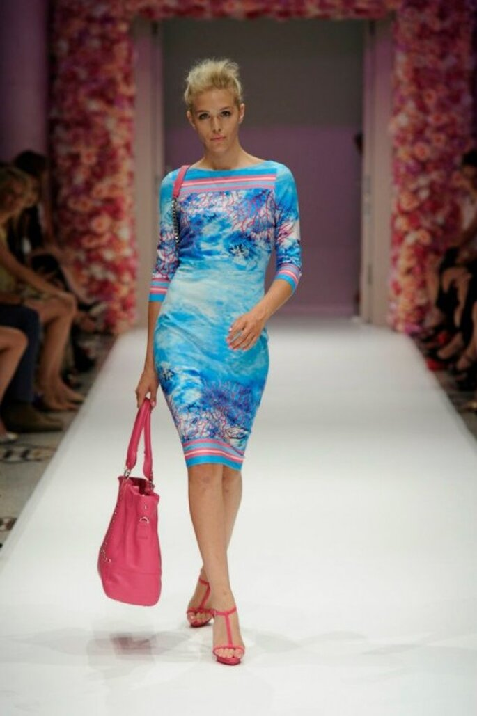 Vestido de fiesta en color azul con estampado colorido y cuello extendido - Foto Basler