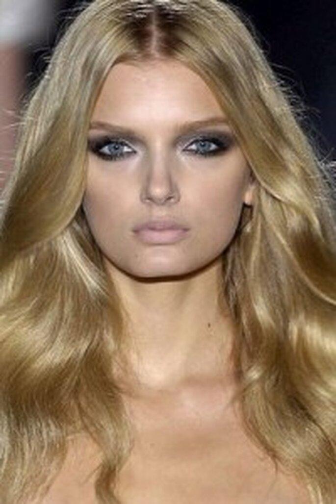 Una modelo de Gucci maquillada con ojos ahumados en gris - Glamour