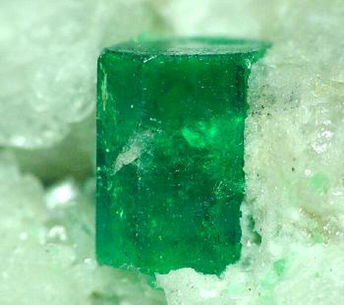 Emeraude brute des mines de Muzo. Photo: www.wikimedia.org - Rob Lavinsky, www.iRocks.com