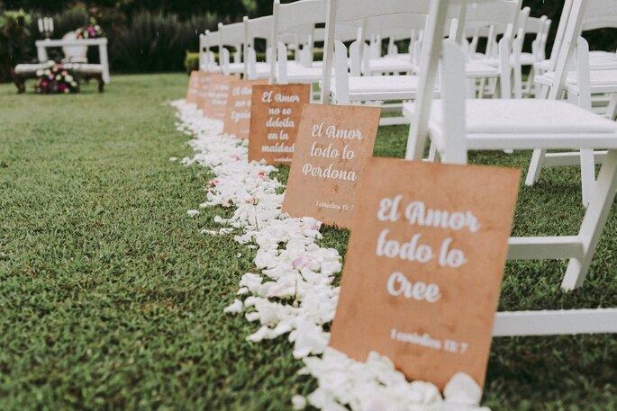 Decoración de ceremonia de boda en jardín