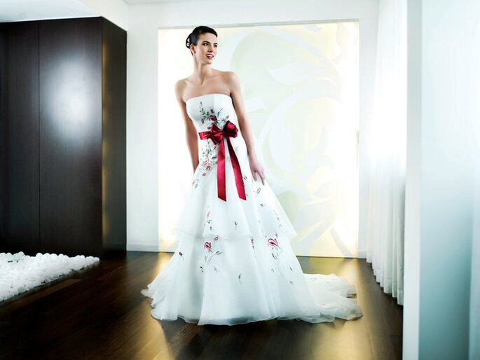 Un abito bianco con dettagli colorati by Penhalta 2012