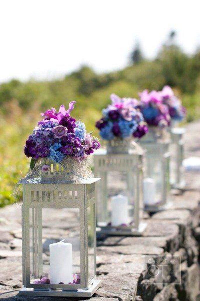 Candelabros en forma de farol con flores en colores rosa y violeta. Foto: Shabby Chic Arte En Hierro y Alambre
