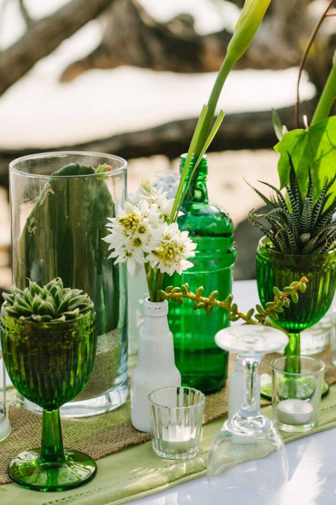 Grüne Gläser auf dem Hochzeitstisch - Foto A Brit and a Blonde