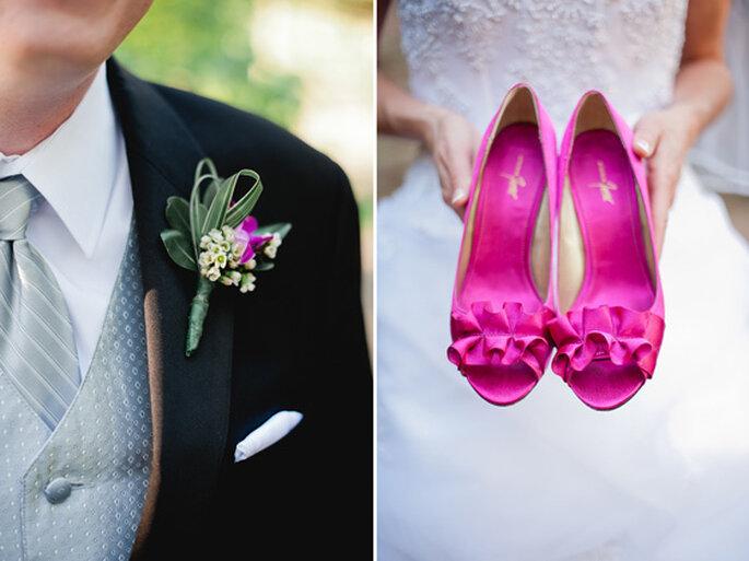 El boutonniere del novio y los zapatos de la novia también llevan toques rosa. Foto: Jeff Sampson