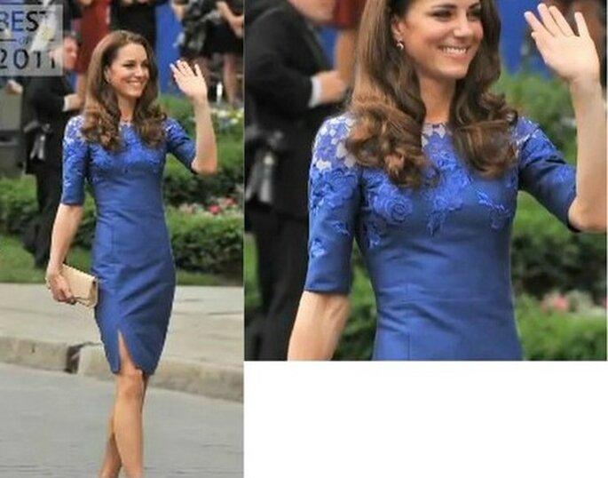 Ancora una volta perfetta Kate Middleton in questo tubino con maniche a 3/4 e corpetto in pizzo di Erdem. Foto www.youtube.com