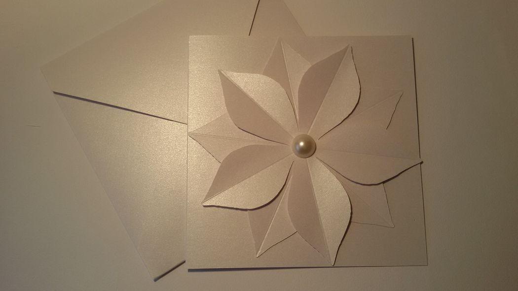 Partecipazione Matrimonio  un raffinatissimo total white con fiore in 3D sulla copertina ed una grande perla al centro.